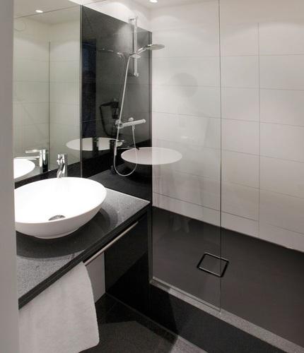 Motel One wechselt zu Email-Duschflächen   TGA Fachplaner